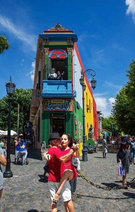 Bunte Klischees zu Hauf: die berühmte Gasse El Caminito in Buenos Aires  | Foto: Andrea Schiffner