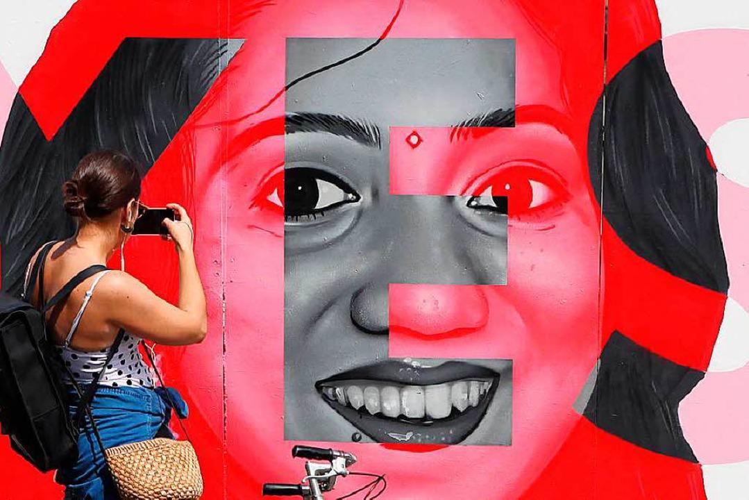 Eine junge Frau fotografiert ein Wandb... ihr eine Abtreibung verweigert wurde.    Foto: dpa