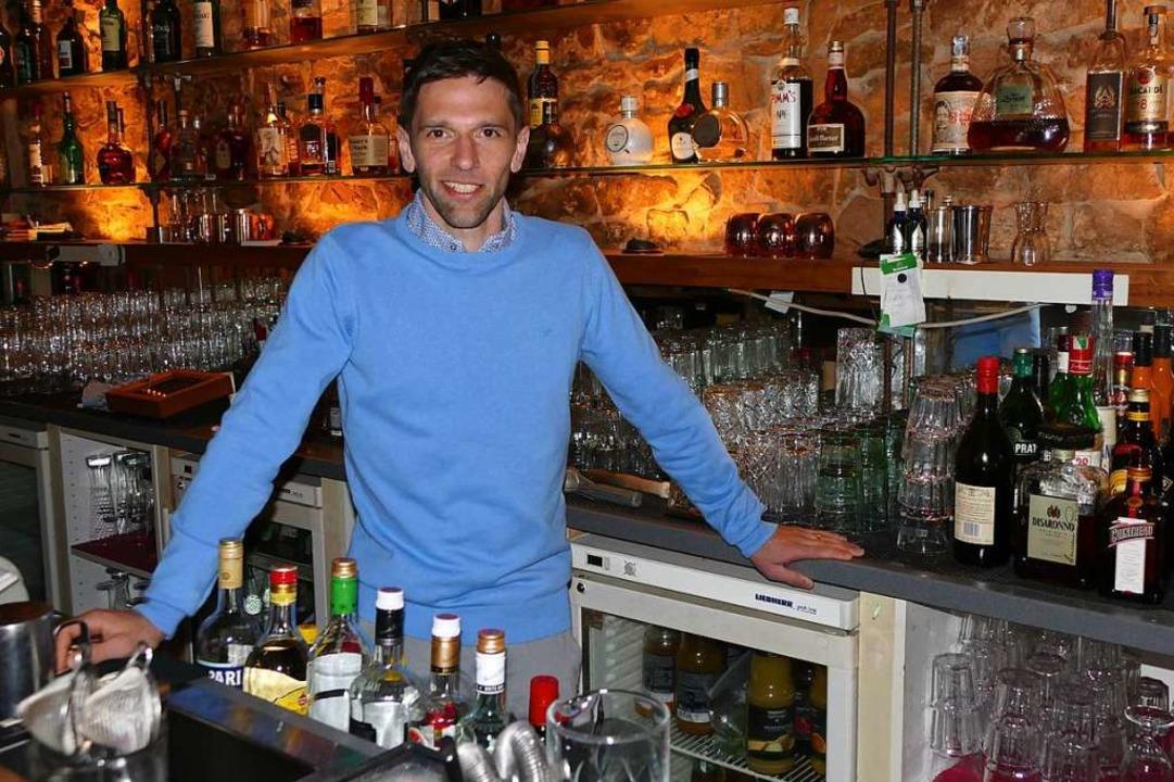 Jan Happle hinter seiner Bar im Purpur. Auf gute Cocktails legt er großen Wert.    Foto: Susanne Ehmann