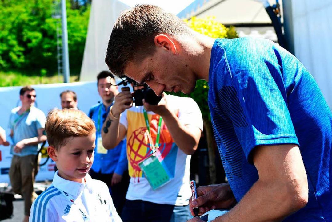 Nils Petersen gibt  im Trainingslager ein Autogramm.  | Foto: AFP
