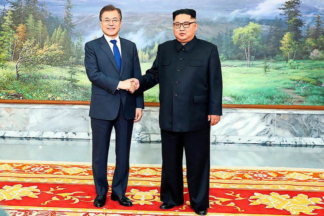 Südkoreas Präsident Moon Jae (links) In und Nordkoreas Machthaber Kim Jong Un.  | Foto: AFP
