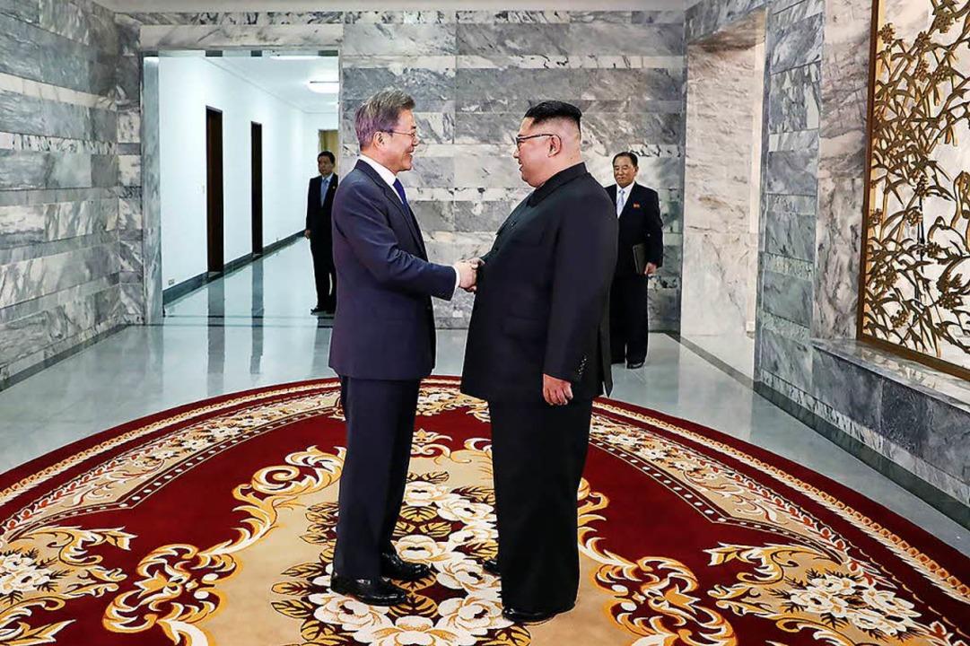 Südkoreas Präsident Moon Jae In (links) und Nordkoreas Machthaber Kim Jong Un.  | Foto: AFP