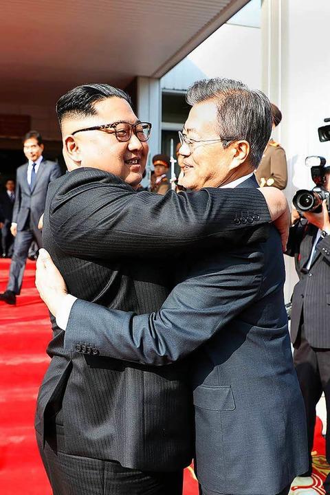 Umarmung zur Begrüßung; Südkoreas Präs...und Nordkoreas Machthaber Kim Jong Un.  | Foto: AFP