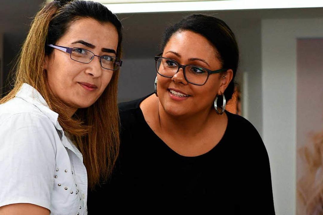 Ein Standbein:  Rania Mahme (links), e...urger Friseurin Sarah Ardner Haensell.    Foto: Robert Bergmann