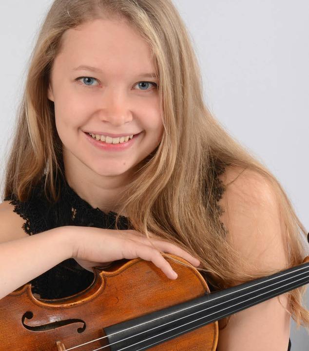 Amelie Gehweiler liebt ihr Instrument,...ein Freiburger Geigenbauer gebaut hat.  | Foto:  Krause