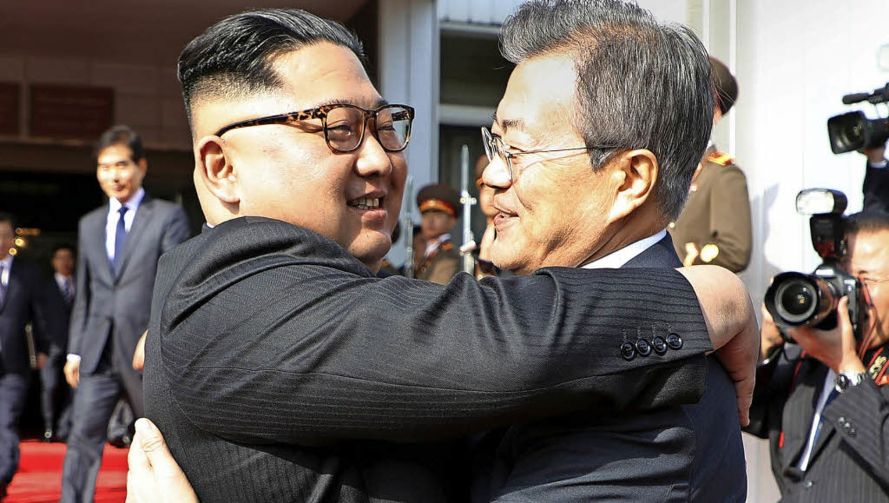 So stürmisch umarmte der  nordkoreanis...Präsidialamt zur Verfügung gestellte.     Foto:  dpa