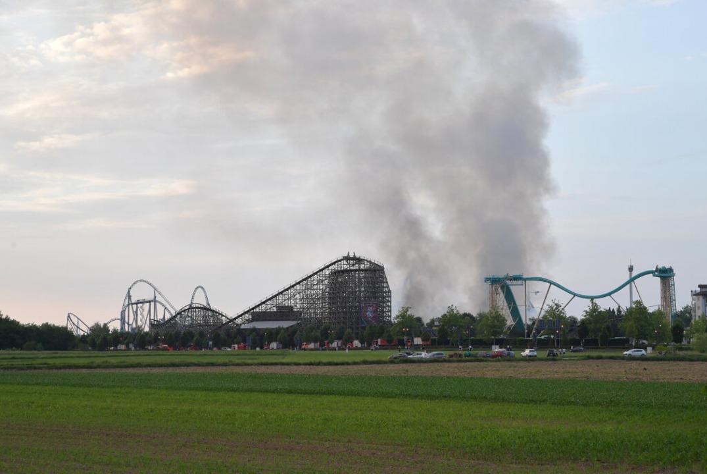 Die Rauchwolke über dem Europa-Park in...ren und Fenster geschlossen zu halten.  | Foto: dpa