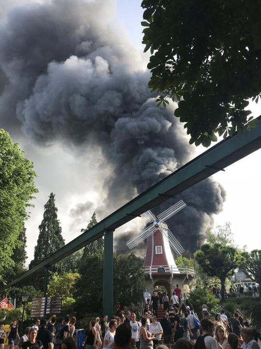 Der Park wurde nach Angaben der Betreiber ohne Probleme evakuiert.  | Foto: dpa