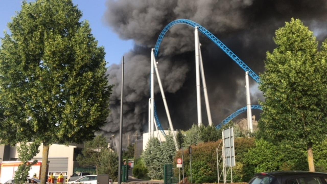 Feuerwehren aus der ganzen Region sind...0 Einsatzkräfte waren im Park vor Ort.  | Foto: Michael Fees