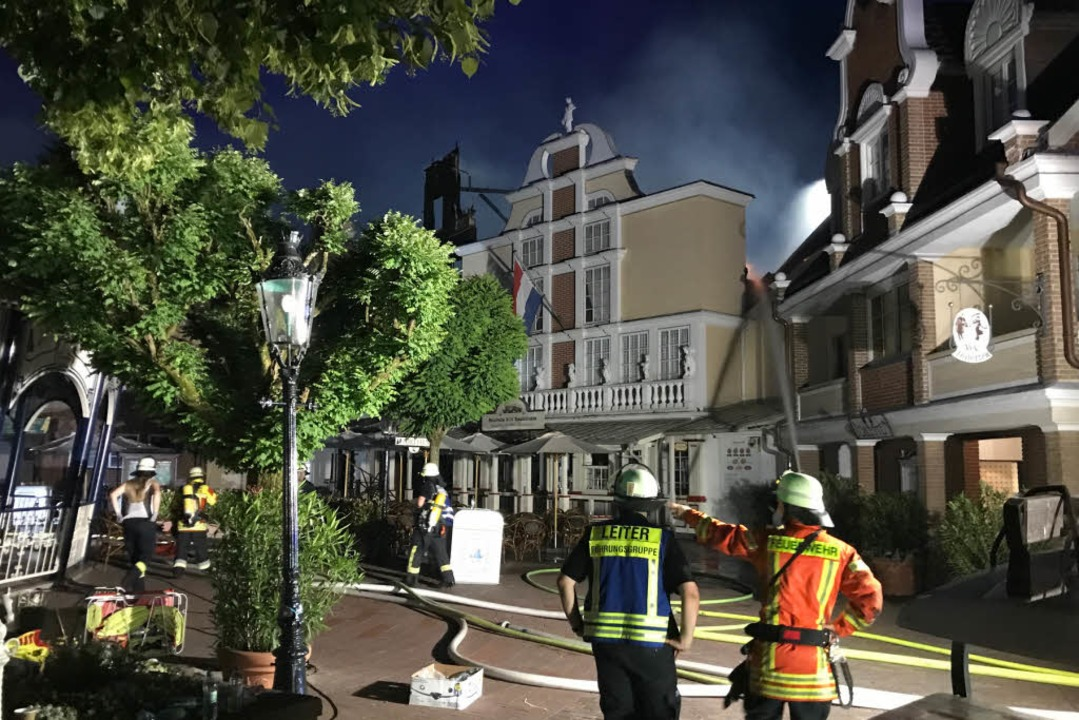 Löscharbeiten am späten Abend im niederländischen Themenbereich  | Foto: Olaf Michel