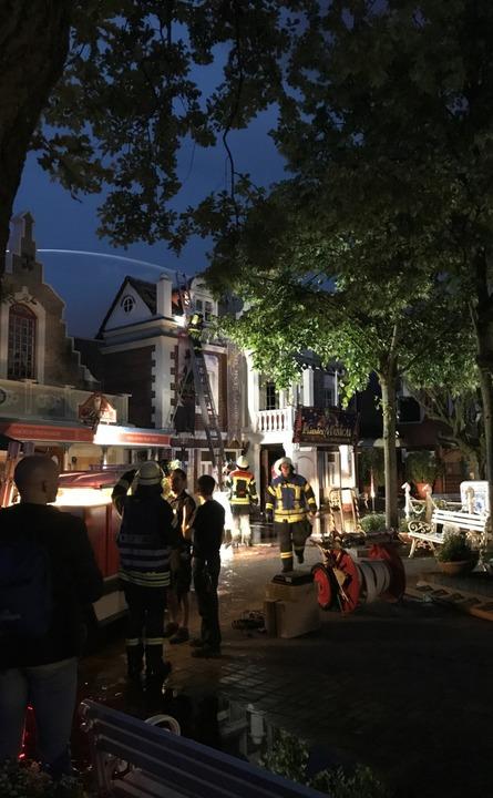 Löscharbeiten am spätern Abend im niederländischen Themenbereich  | Foto: Olaf Michel