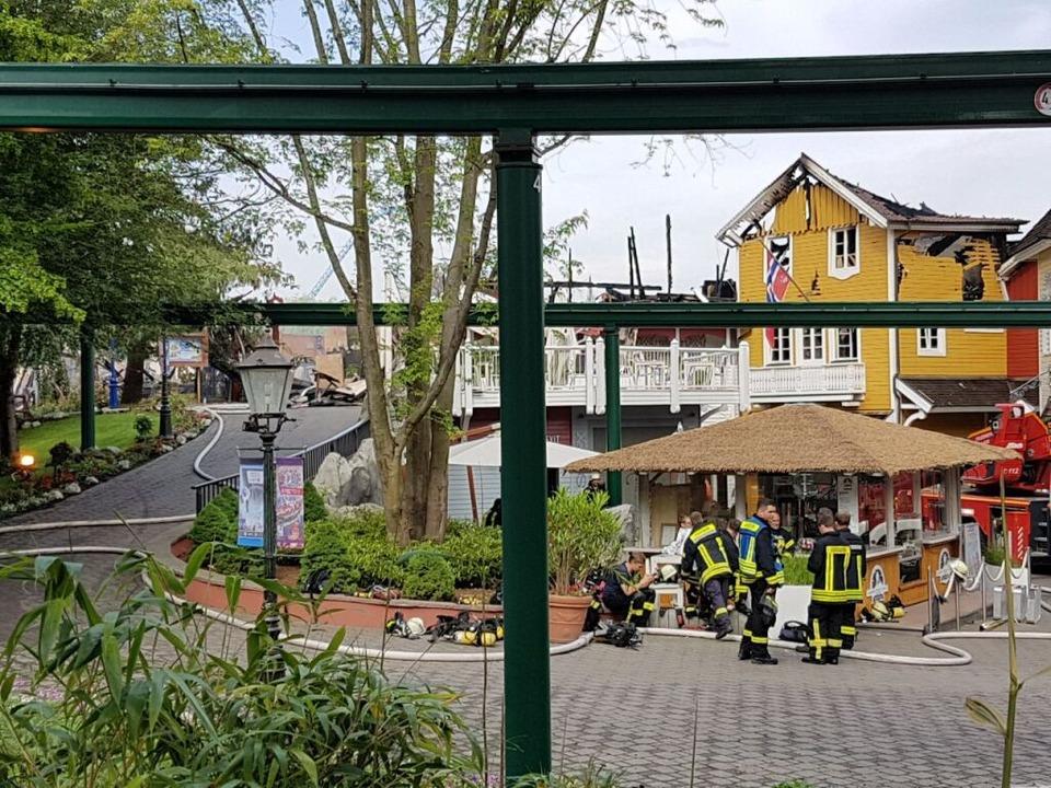 Auch am Sonntagmorgen sind noch Feuerw...rk, kümmern sich um Nachlöscharbeiten.  | Foto: Karl Kovacs