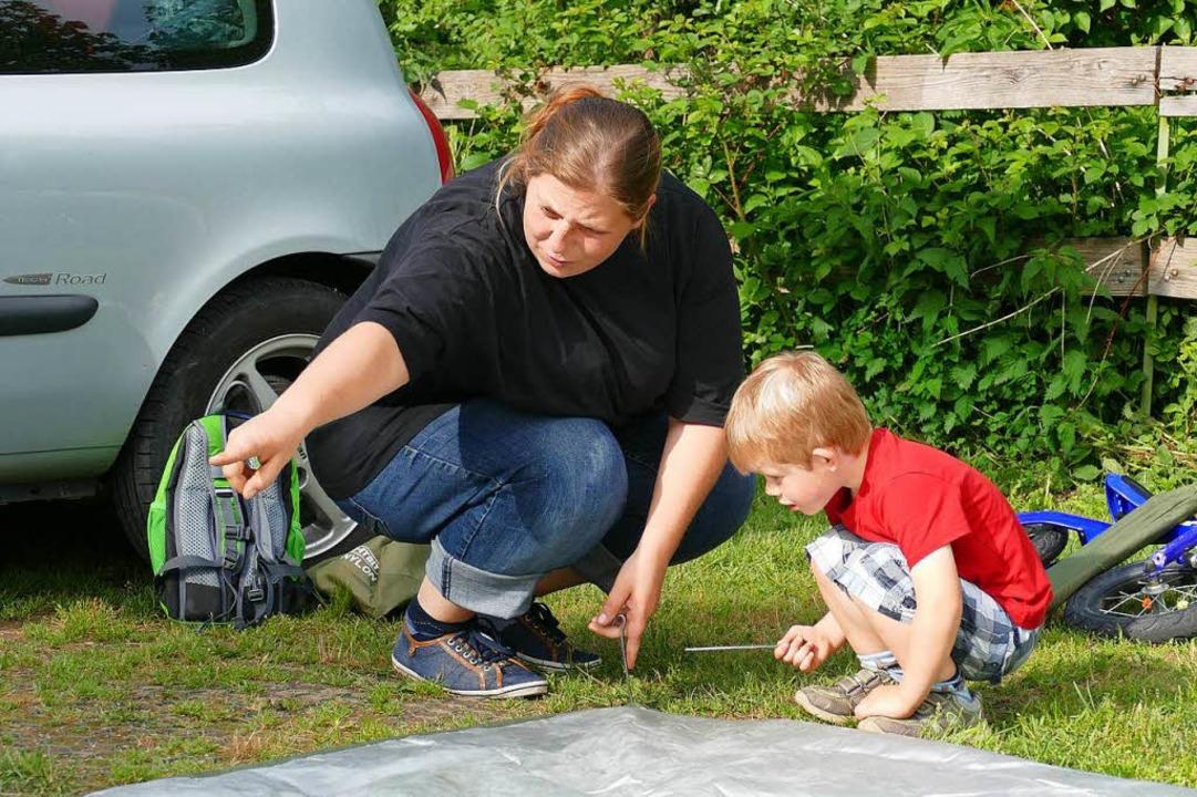 Teamwork: Familie Groos macht an Pfing...eim Zeltaufbau hilft auch  Junior mit.    Foto: Sattelberger