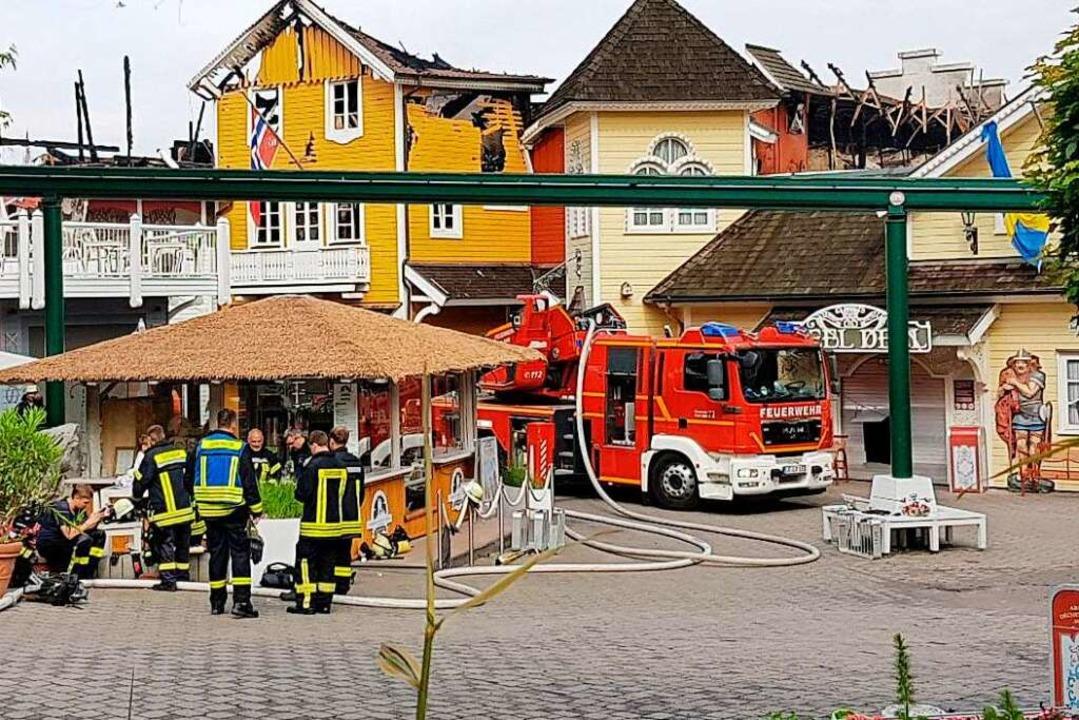 Einsatzkräfte am frühen Sonntagmorgen ...ig. Jetzt sind Brandermittler vor Ort.  | Foto: Karl Kovacs