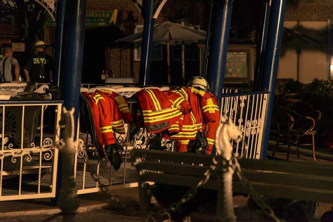 Am Rande des Einsatz der Rettungskräfte am Samstagabend.  | Foto: Olaf Michel