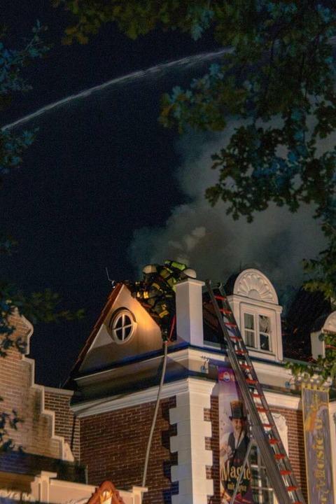 Feuerwehrleute beim Einsatz am Samstagabend.  | Foto: Olaf Michel