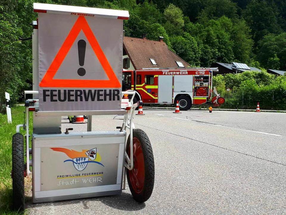 Die Feuerwehren aus Wehr und Todtmoos sperrten das Wehratal komplett.  | Foto: Feuerwehr Wehr