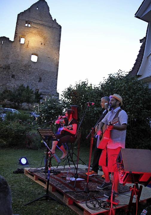 Das Acacoustic-Duo Carmen und Atze Gök...u die großartige Kulisse der Landeck.   | Foto: Dagmar Barber