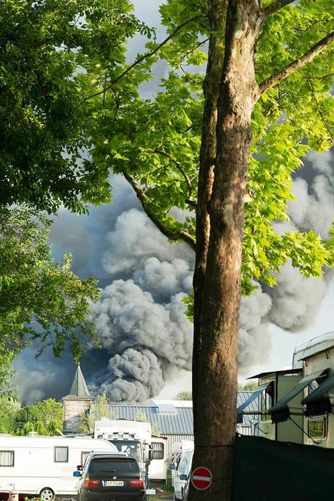 Die dramatisch aussehende Rauchwolke des Feuers.    Foto: Olaf Michel