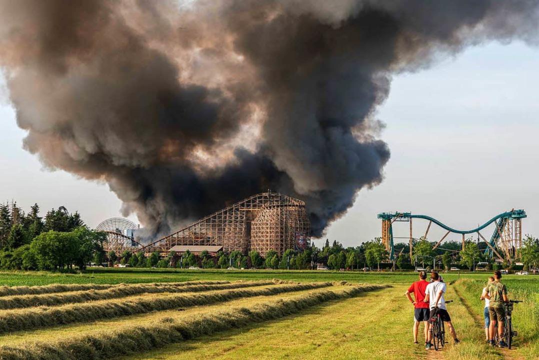 Die Rauchsäule des Brandes war am Samstagabend weithin zu sehen.  | Foto: Bernhard Rein
