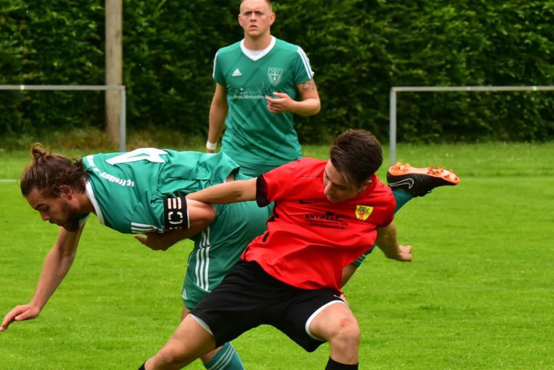 Aggressiv und spielbestimmend: Massimo...erger (Freiburg, hinten Alex Greitzke)  | Foto: Daniel Thoma