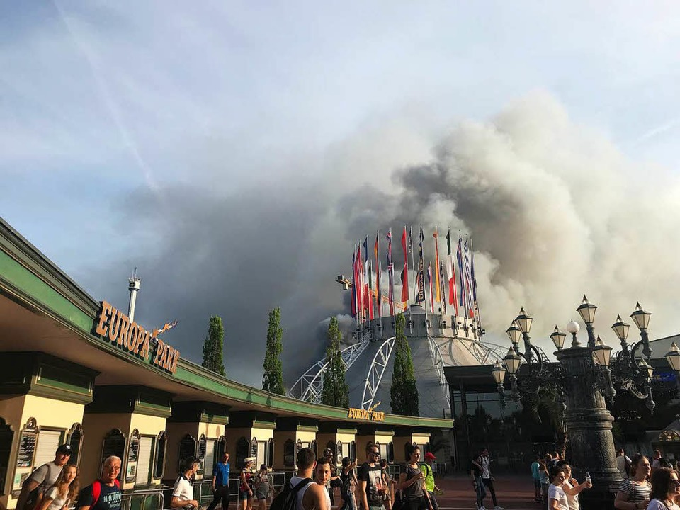 Eine schwarze Rauchsäule steigt über dem Europapark Rust auf.    Foto: dpa