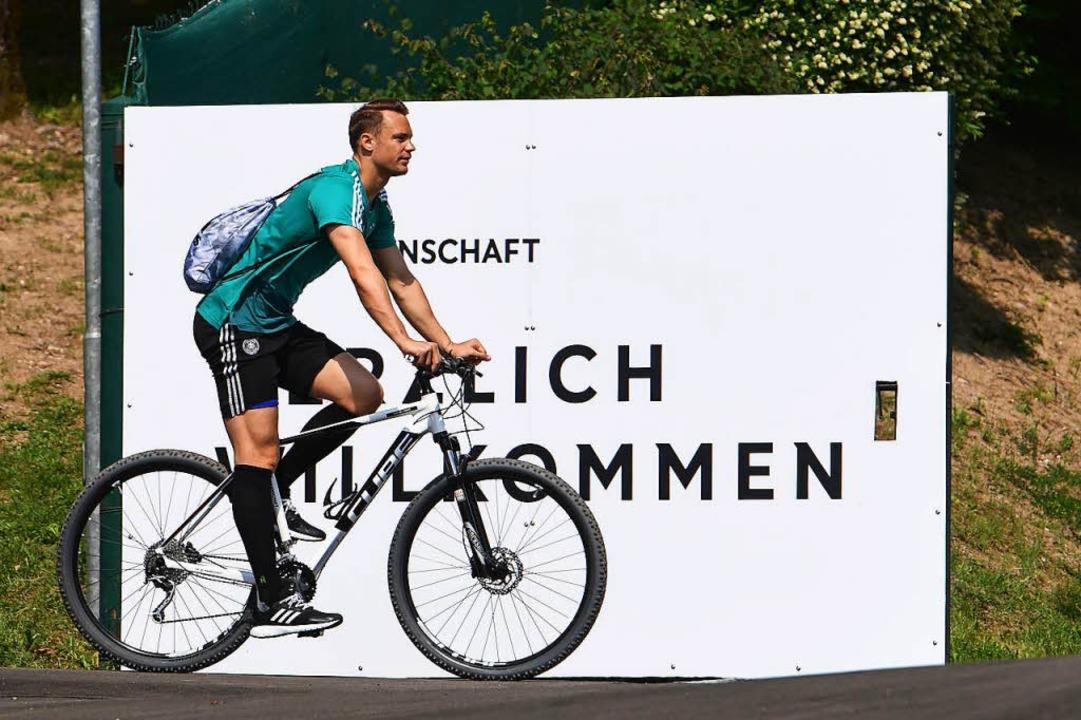 Manuel Neuer auf dem Fahrrad.  | Foto: AFP