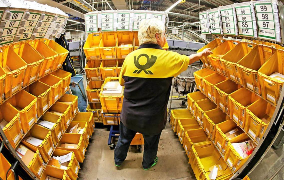 Briefträger bei der Arbeit  | Foto: dpa