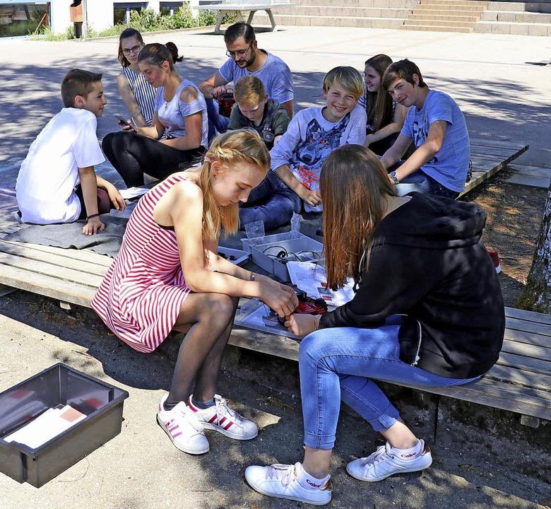 Die Schülerinnen und Schüler der Robot...mmieren ihre selbstfahrenden Roboter.     Foto: Dorothée Kuhlmann