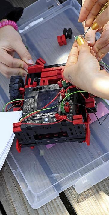 Gar nicht so einfach – der Zusammenbau des  Roboters.    Foto: Dorothée Kuhlmann