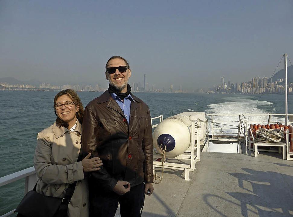 Natalie Wiesner und ihr Ehemann Eike Christian auf einer Fähre vor Hongkong     Foto: Privat
