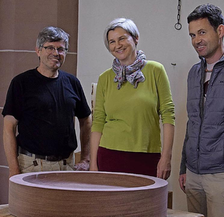 Toni Leicher, Vera Maaßen und Hansjörg Raus mit der Trauerschale  | Foto: privat