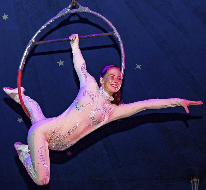 Miss Jennifer begeisterte das Publikum mit artistischen Darbietungen.  | Foto: Chris Seifried