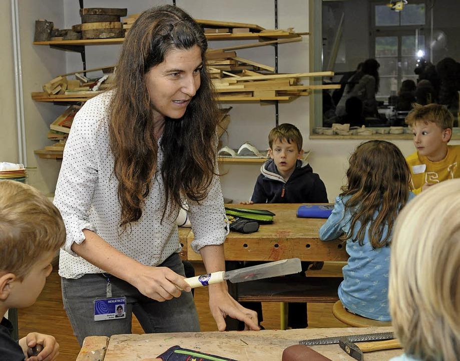 Stefanie Huber, Mitarbeiterin der kauf...rt die Werkzeuge zur Holzbearbeitung.   | Foto: Hekatron