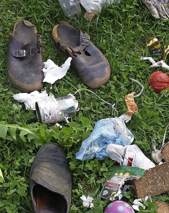 Was der Fuchs zu Mayers in den Garten ...huhe, Bälle, Brot, Kunststoff, Schuhe.    Foto:  Guy Simon
