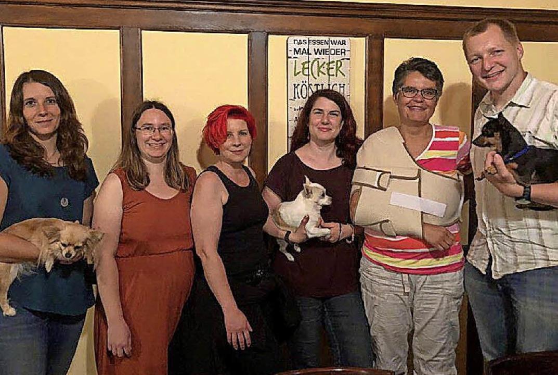 Vorstand des Tierschutzvereins mit Hel...na Lais und  Mike Schulz (von links).     Foto: Privat