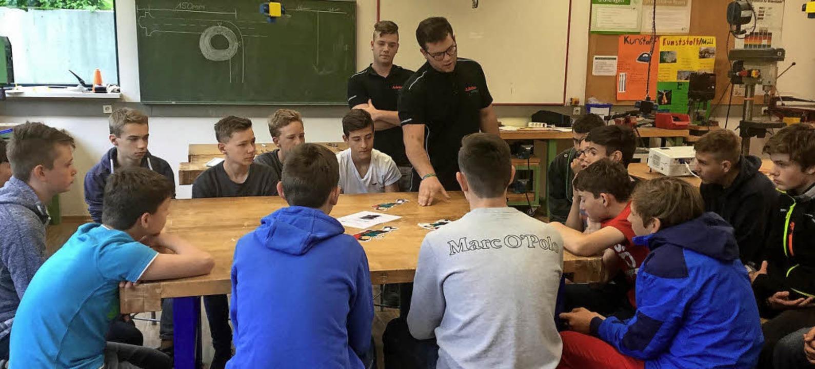 <BZ-FotoAnlauf>Azubis machen Schule: <...berichteten Schülern aus ihrem Beruf.   | Foto: Schule