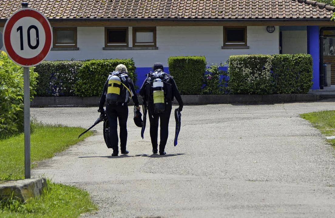 Schwer bepackt: zwei Urlauberinnen nac... Tauchgang  im Schutterner Baggersee.     Foto: Felix Lieschke