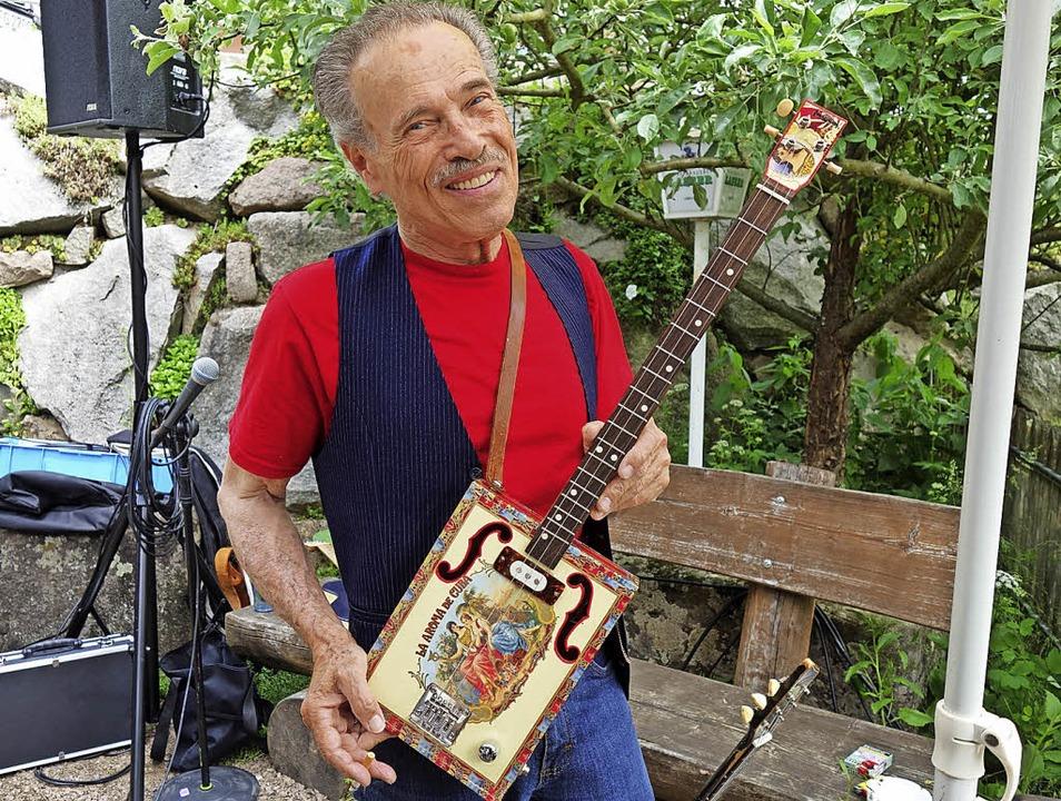 Morgan Davis mit seiner Cigarbox-Gitar...;, wo er am Sonntagvormittag auftrat.     Foto: Gudrun Gehr