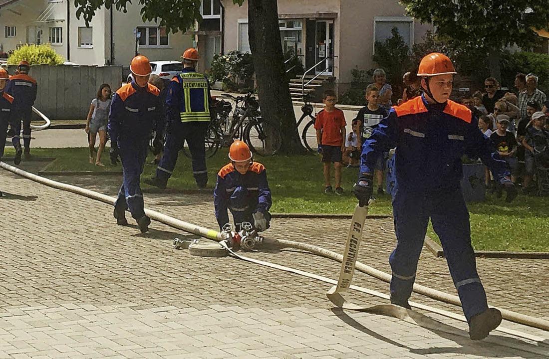 Die Jugendfeuerwehr beim Aufbau einer Schlauchleitung    Foto: privat
