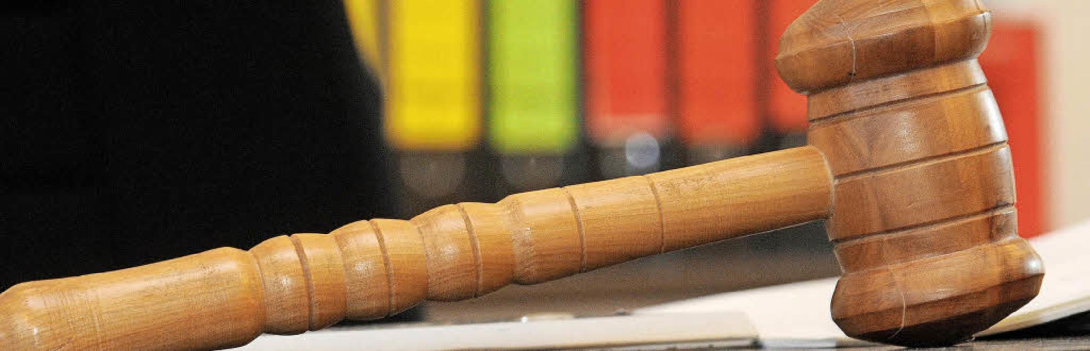 Schöffen sind an den Entscheidungen im Gerichtssaal beteiligt.     Foto: Dpa (1)/Thomas Biniossek (2)