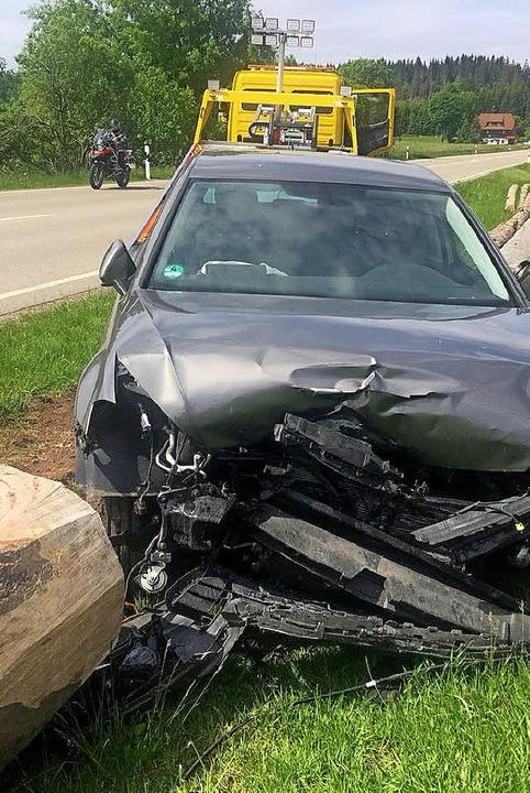 Ein Baumstamm am Straßenrand stoppte die nächtliche Fahrt dieses Autos.   | Foto: Kamera 24