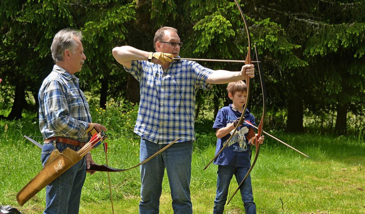 Bogenschießen erfordert nicht nur Tech... erwies sich als fachkundiger Lehrer.   | Foto: csi