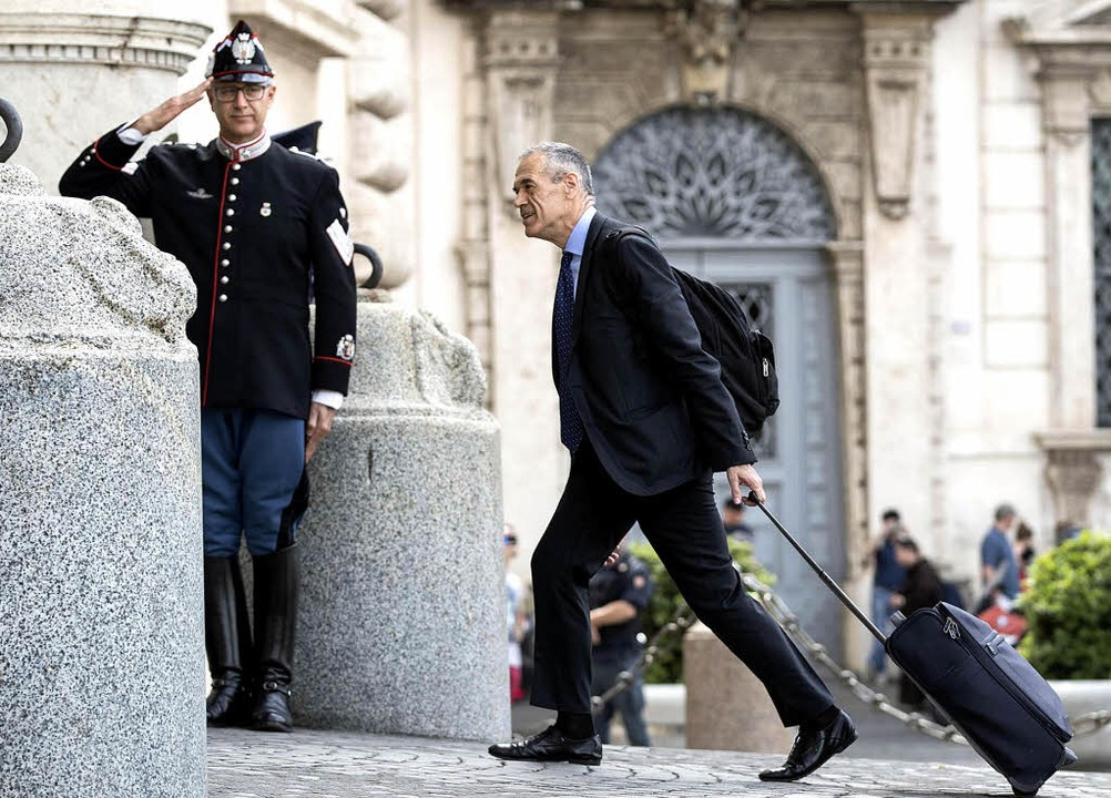 Carlo Cottarelli auf dem Weg in den Qu...tssitz des italienischen Präsidenten    | Foto: dpa