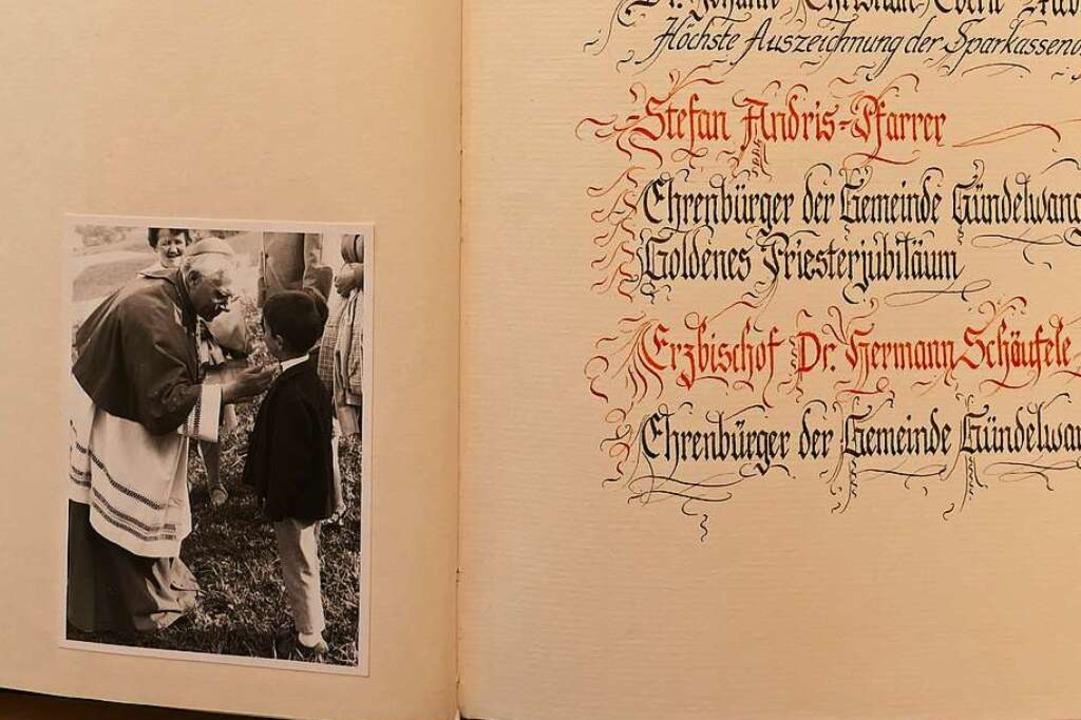 Neben dem Eintrag des Ehrenbürgers Erz... Michael Scharf als kleinem Bub zeigt.    Foto: Stefan Limberger-Andris