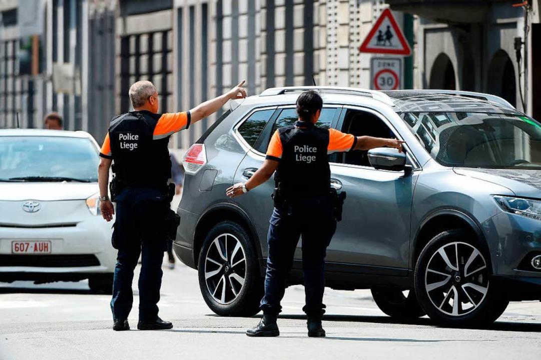 Die Polizei sperrte den Tatort im belgischen Lüttich ab.  | Foto: AFP