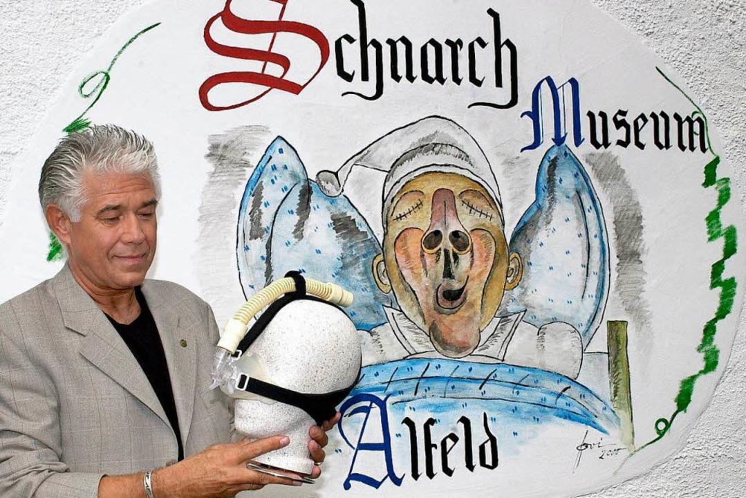 Josef Wirth mit einer Nasenmaske in seinem Schnarchmuseum    Foto: Holger_Hollemann