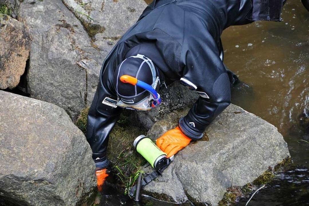 Auch zwischen Felsen am Ufer wurde gesucht.    Foto: Helmut Seller