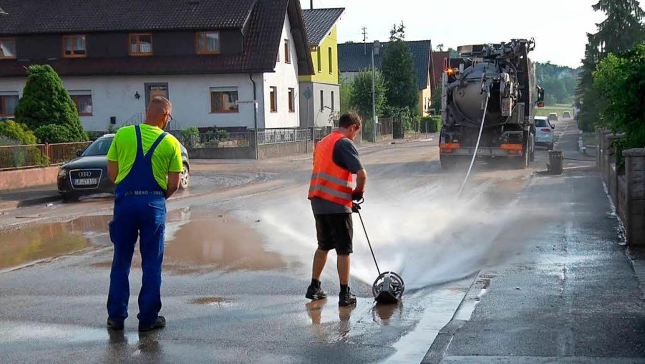 Eine Fachfirma musste die Straßen reinigen.    Foto: Wolfgang Künstle