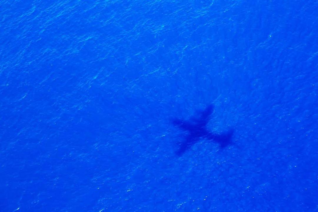 Das Foto zeigt den Schatten eines Flug...m Malaysia Airways Flight MH370 sucht.    Foto: dpa